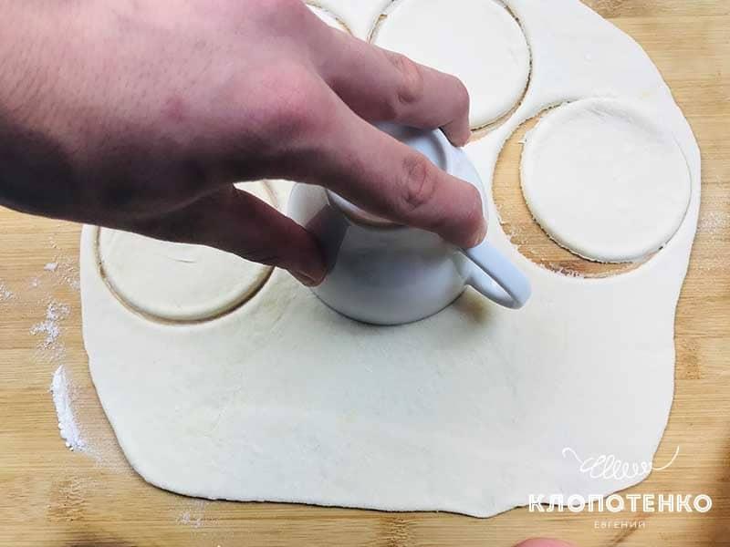 Раскатайте тесто и сформируйте кружочки