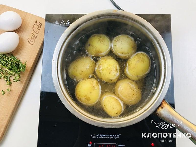 Картофель помойте и отварите целиком