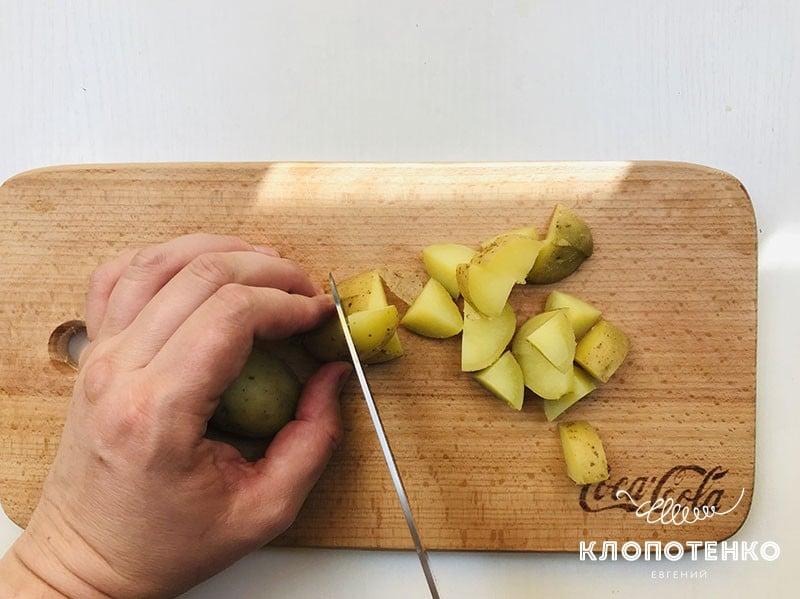 Картофель порежьте на кусочки
