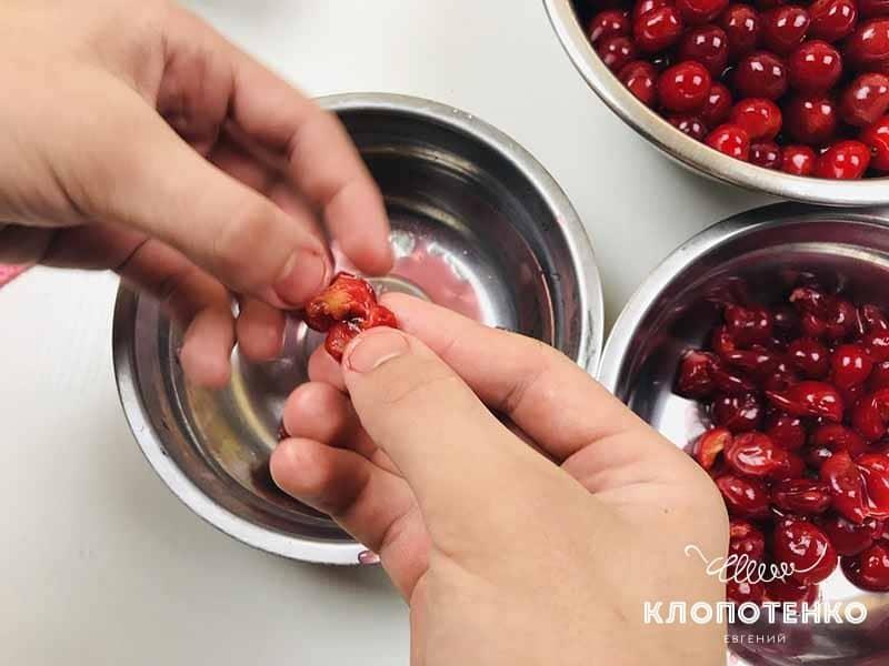 Чистим вишни от косточек для вишневого пирога