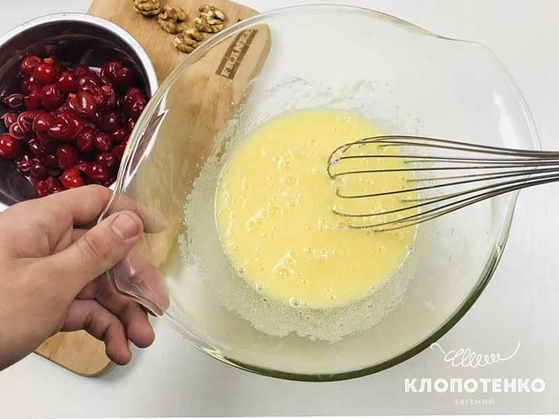 смешиваем ингредиенты теста для вишневого пирога