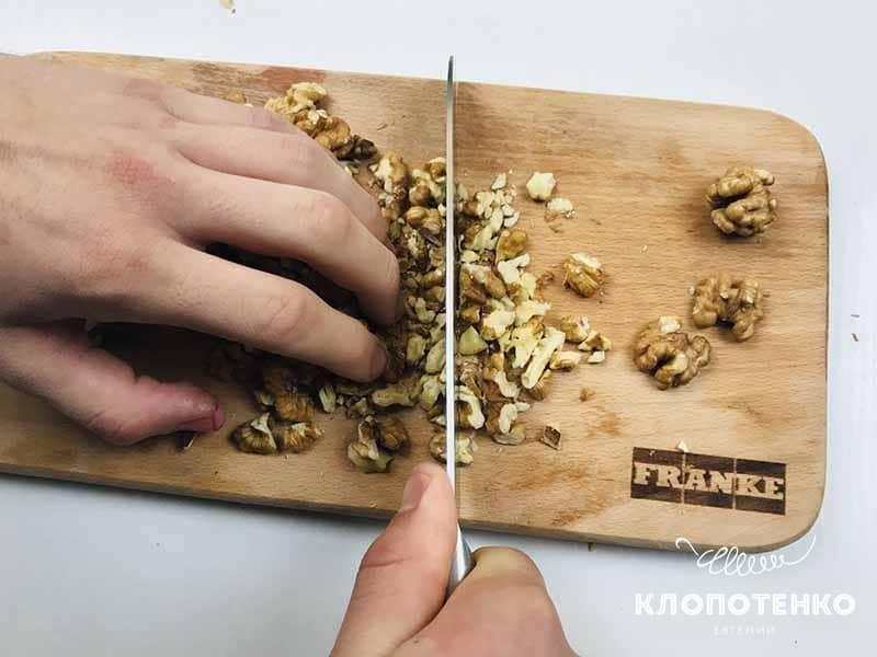 измельчаем орехи ножом на пирог с вишней