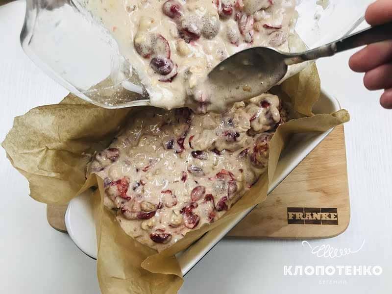 заливаем тесто для вишневого пирога в форму