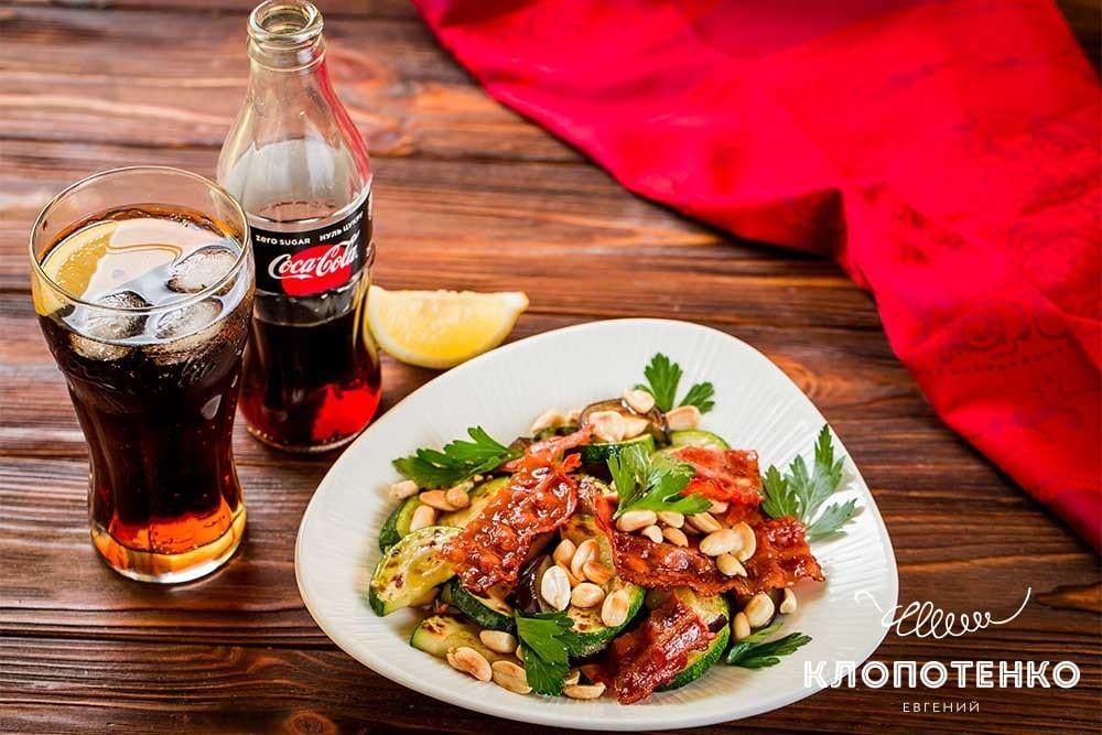 Салат из кабачков и баклажанов с беконом и арахисом