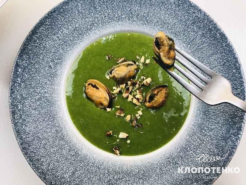 суп-пюре из шпината с мидиями