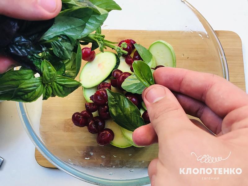 Добавьте в салат базилик