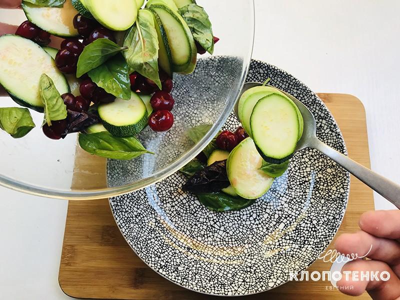 Разложите салат по тарелкам