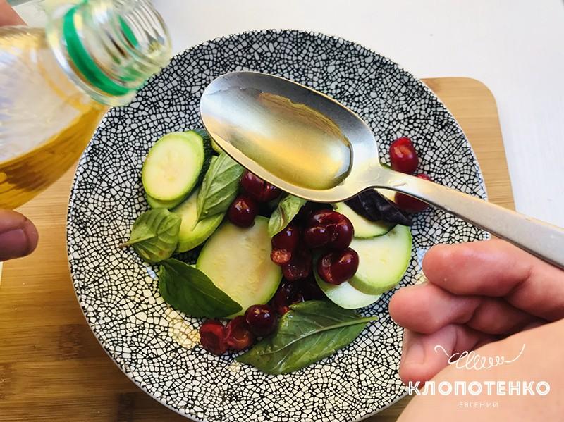 Добавьте к салату растительное масло