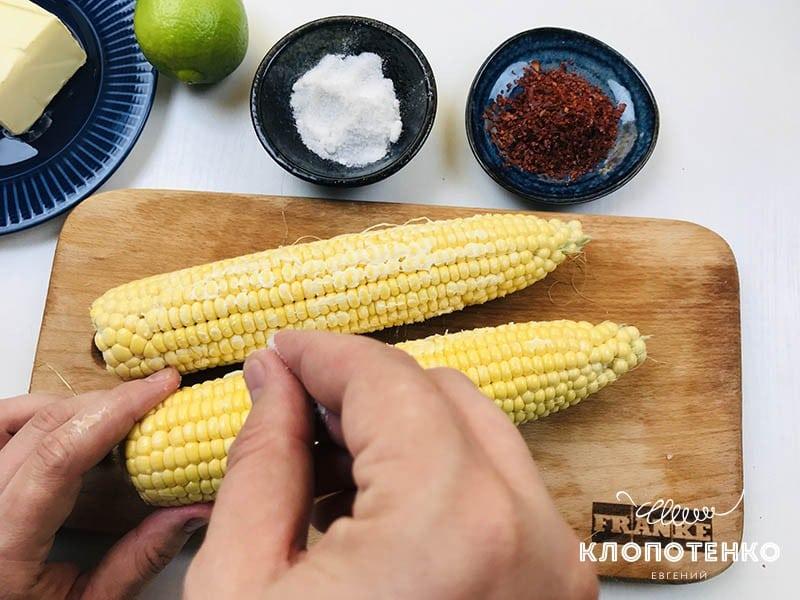 Натрите кукурузу солью