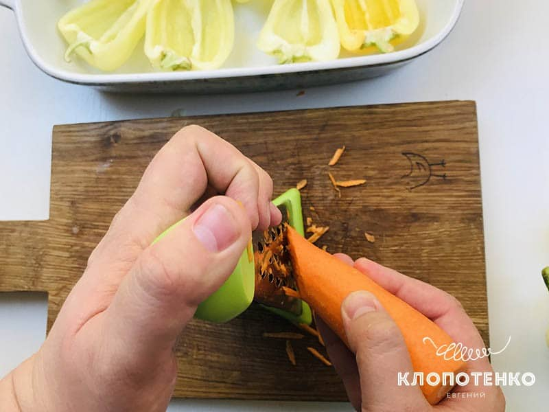 Натрите морковь на крупной терке