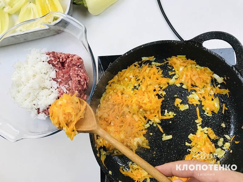 Соедините овощи с фаршем и рисом
