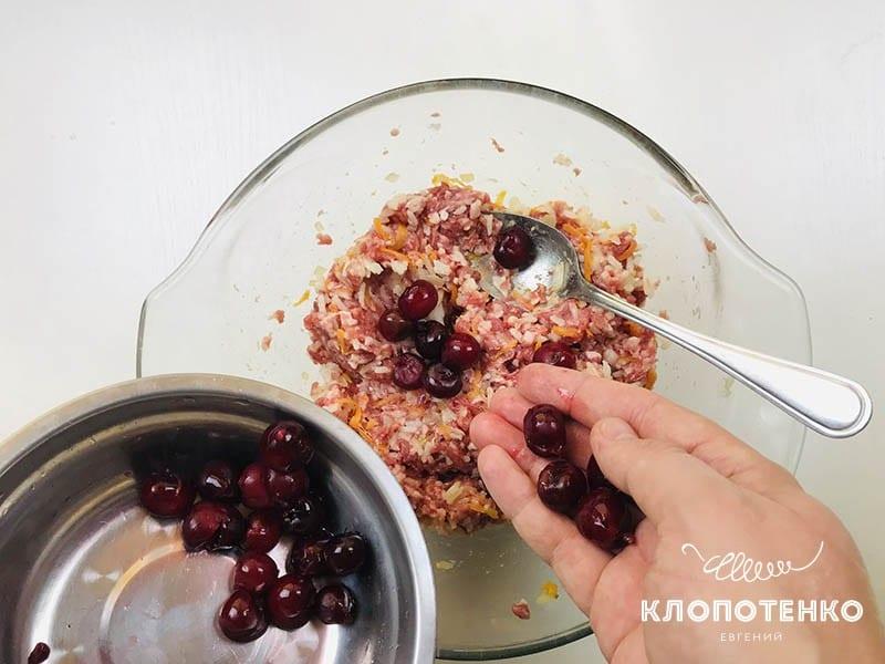 Добавьте к начинке вишни