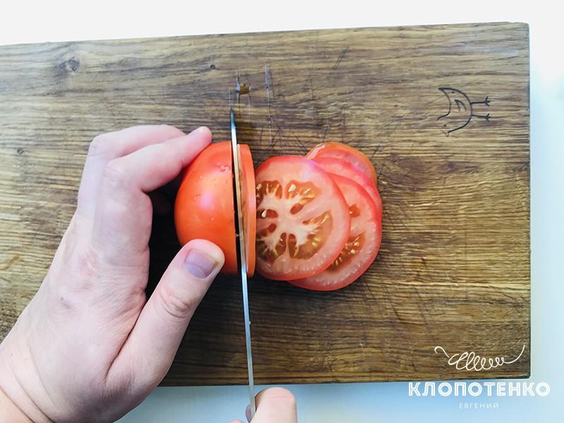 нарезаем томаты на рататуй