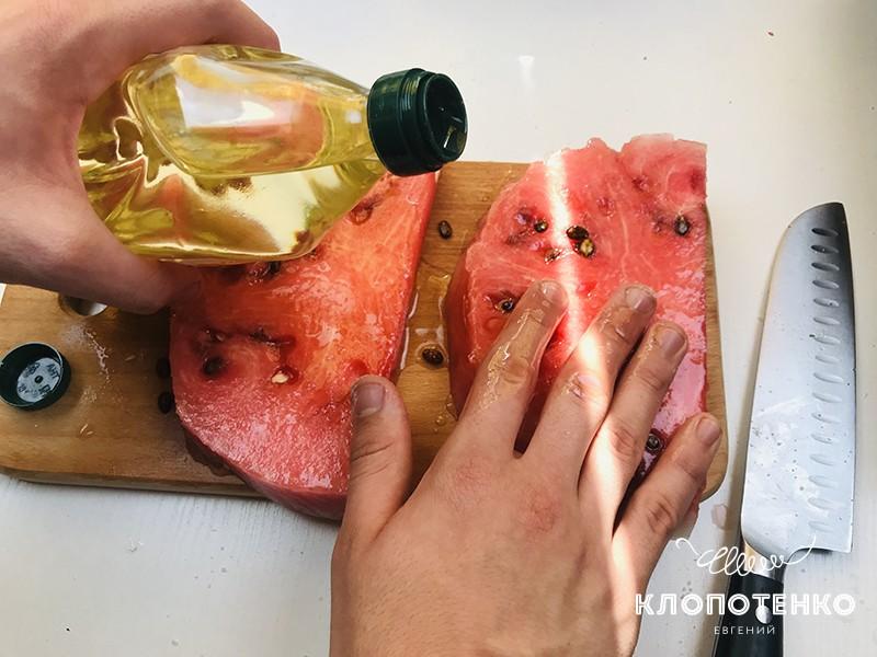 Смажьте дольки арбуза растительным маслом