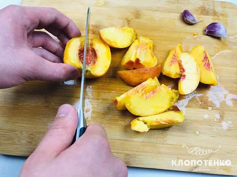Нарежьте персик дольками