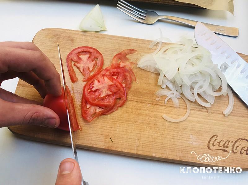Нарежьте томат и лук