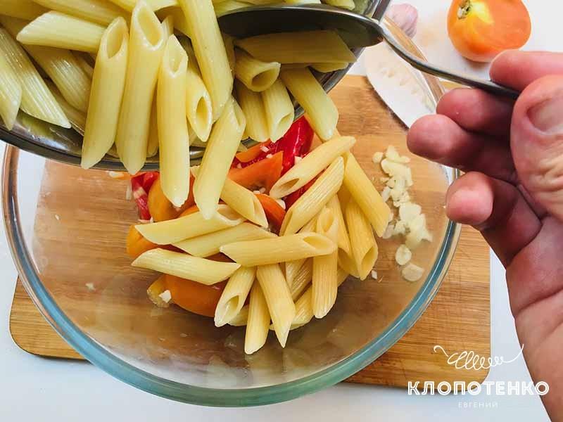 смешиваем макароны, томаты и чеснок. Паста с томатами и чесноком