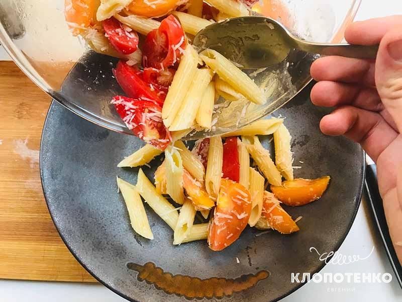 выкладываем пасту с томатами и чесноком в тарелку