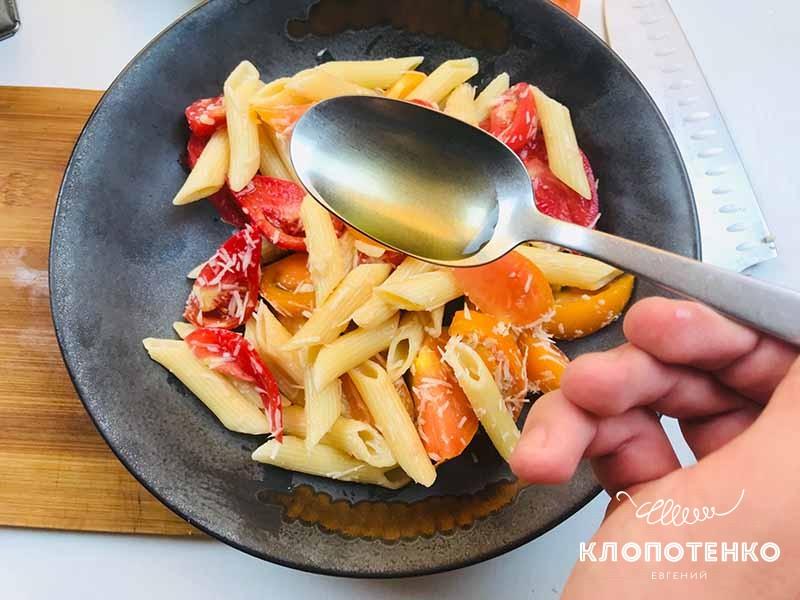 поливаем пасту с томатами и чесноком оливковым маслом