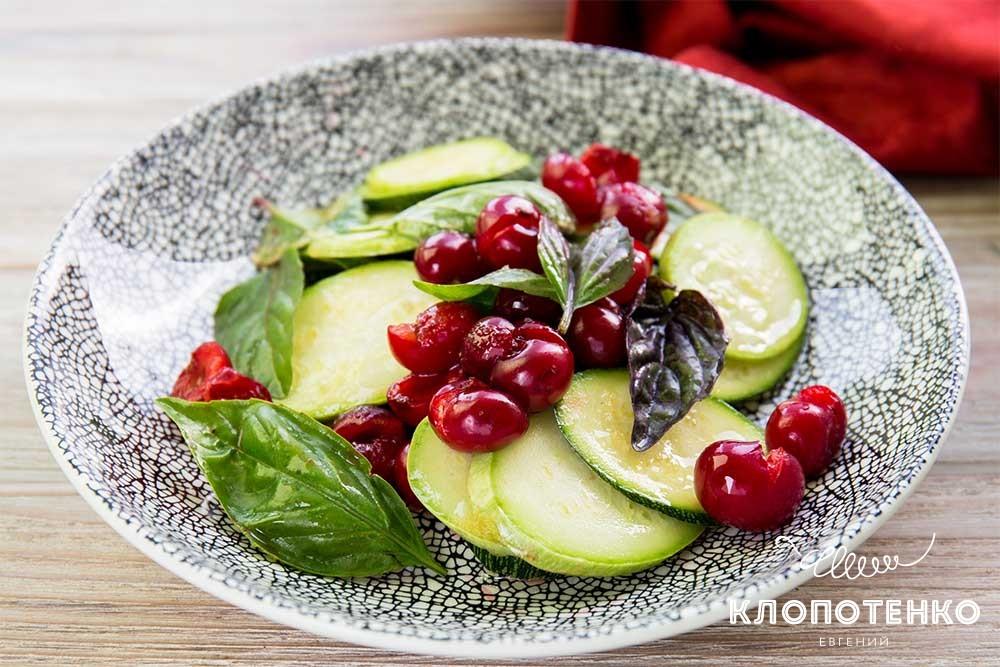 Салат із кабачків з вишнею