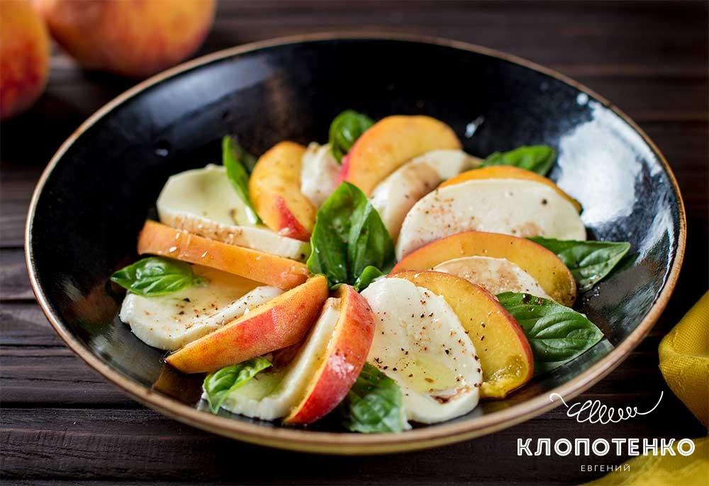 Салат капрезе с персиками