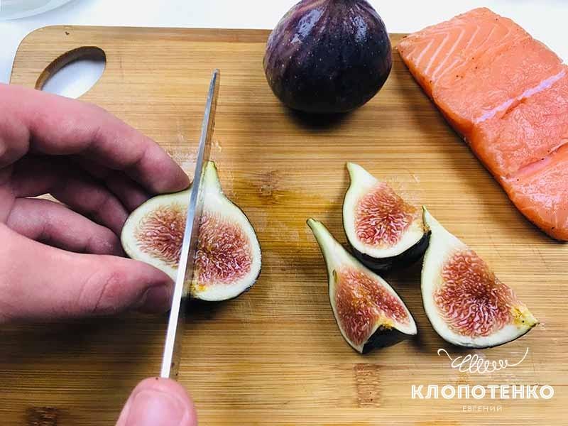 режем инжир для салата с лососем