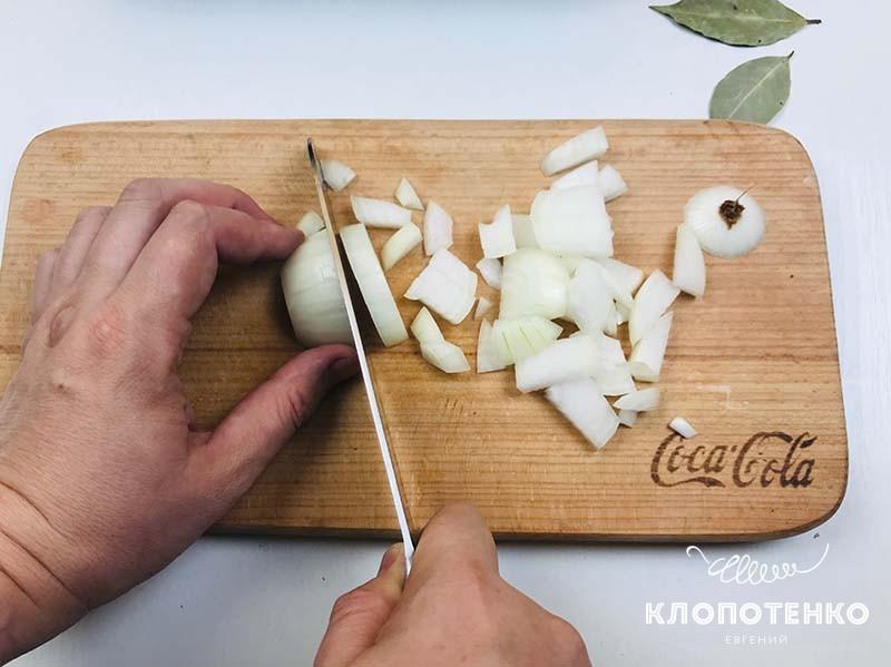 Нарежьте луковицу кубиком