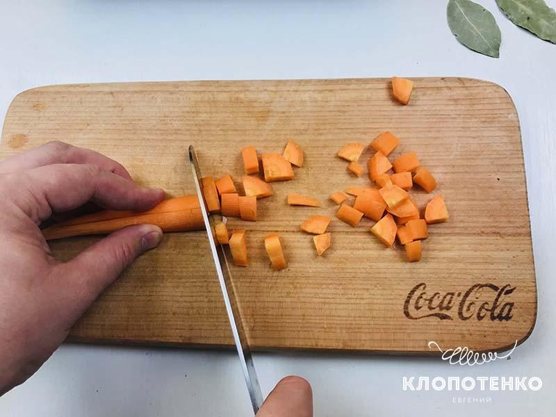 Морковку нарежьте кубиком