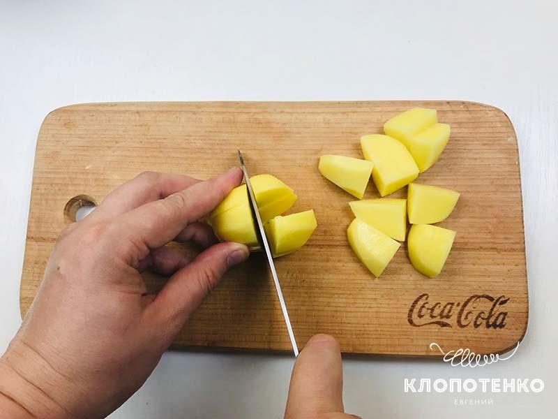 Нарежьте картофель крупным кубиком