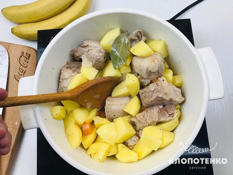 Добавьте в казанок картофель
