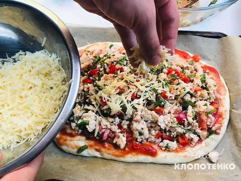 посыпаем сыром пиццу пиде
