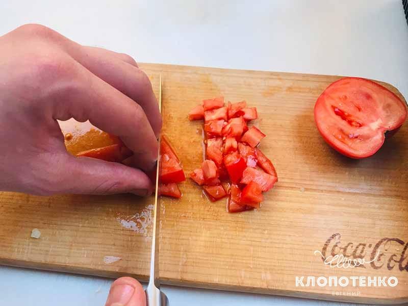 режем помидор для пиццы пиде