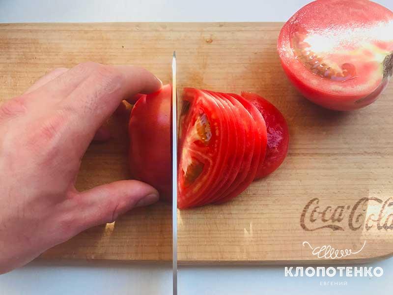 Порежьте томат