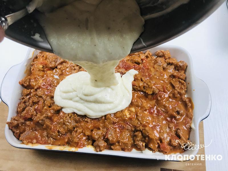 Вторую половину соуса влейте на фарш