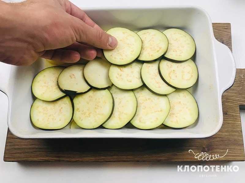 Выложите овощи в форму для запекания