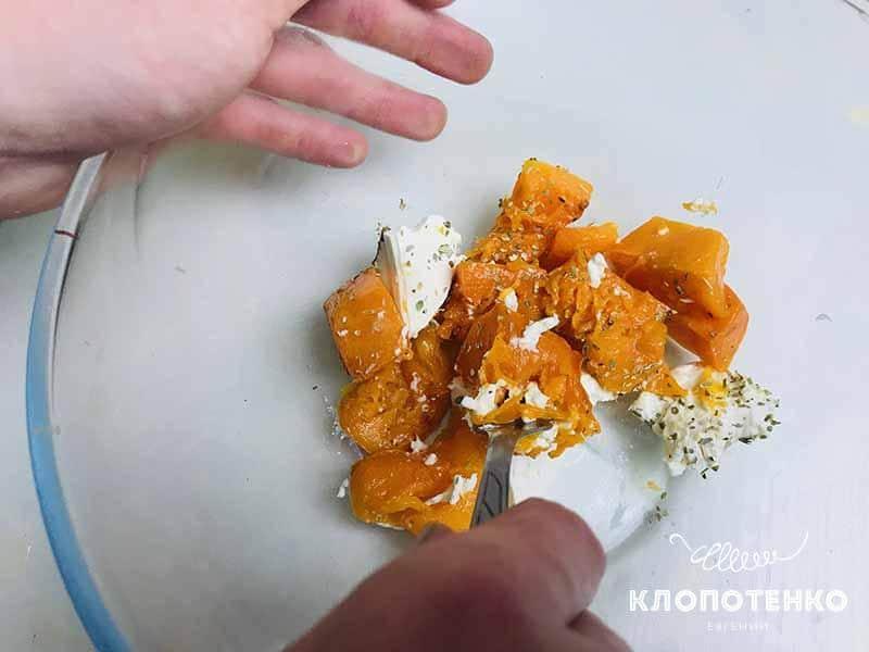 Сделайте начинку из тыквы и сыра