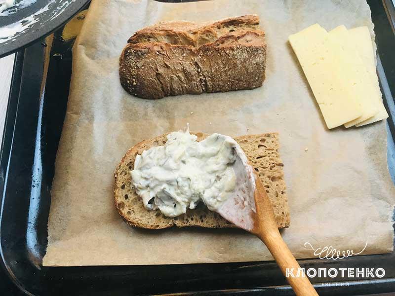 Выложите грибы с оливками на чиабатту