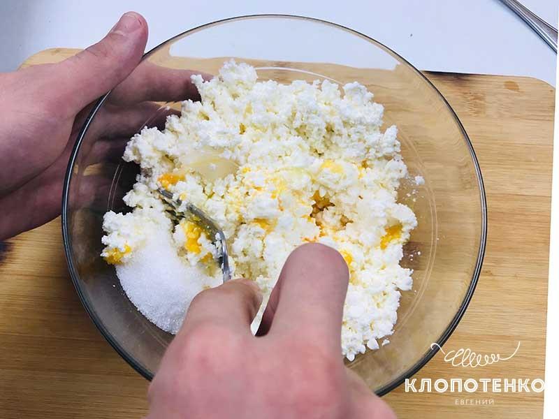 смешиваем массу для сырников
