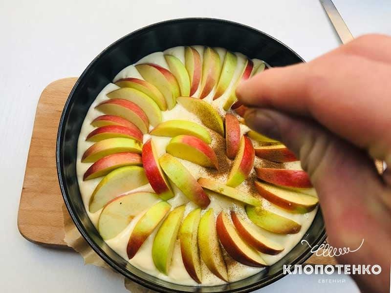Посыпьте яблоки корицей