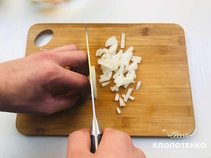 режем лук на зеленый борщ