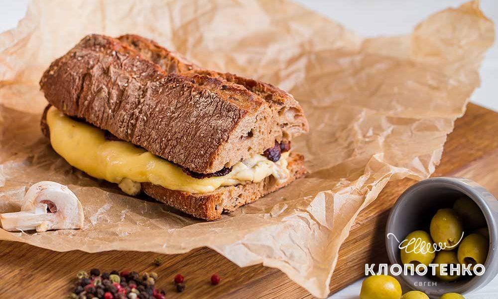 сэндвич с грибами и беконом