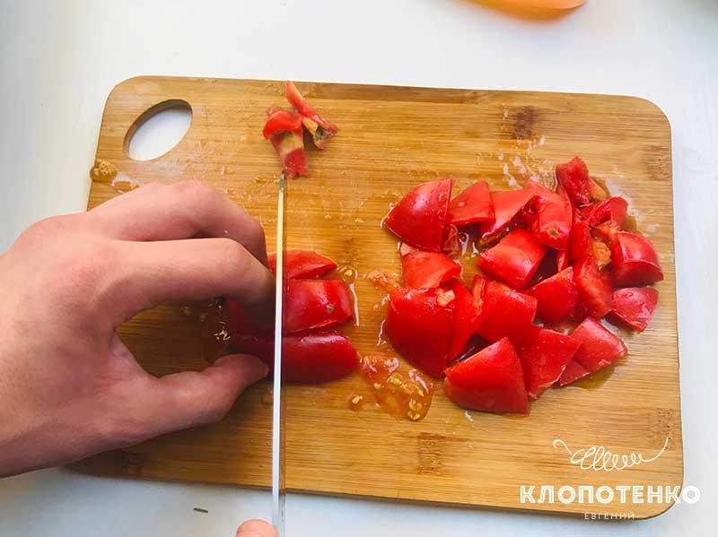 Нарежьте томаты кубиком
