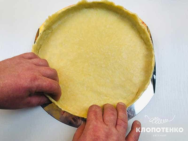 Выложите тесто в форму для тарта