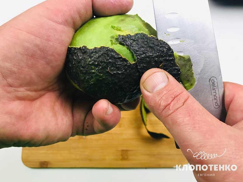Очистите авокадо от кожуры