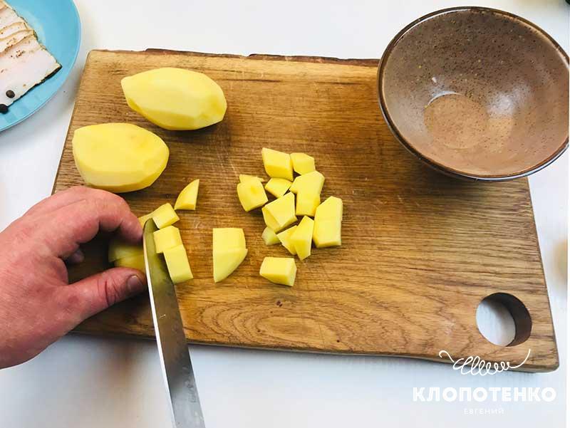 Картофель почистите и порежьте небольшими кубиками