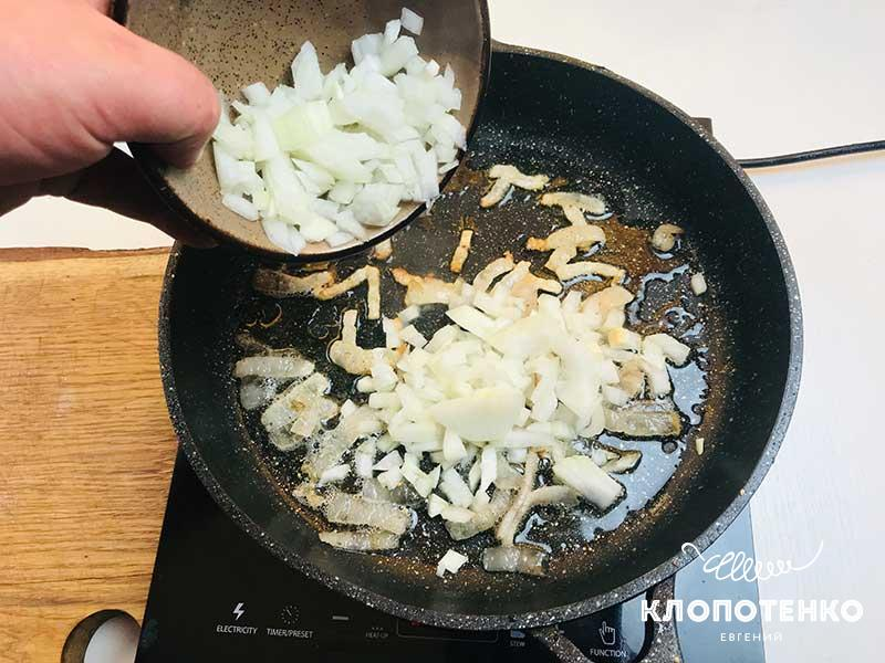 Добавьте на сковородку с салом одну луковицу