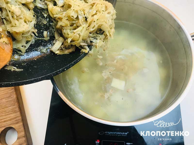 Добавьте овощную поджарку в кастрюлю с картошкой