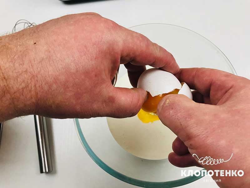 Соедините в миске сливки и яйца