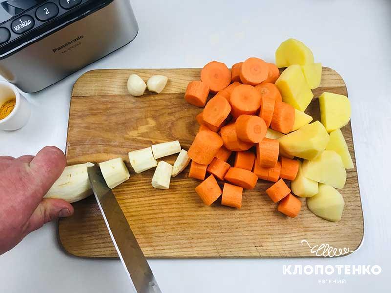 Крупно нарежьте овощи