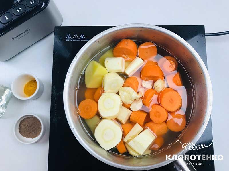Переложите нарезанные овощи в сотейник